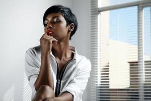 svart kvinna på morgonen foto
