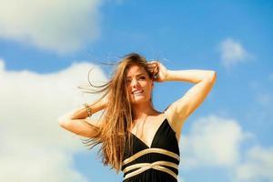 lycklig kvinna semester dag. foto