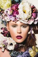 kvinna med blommor i håret foto