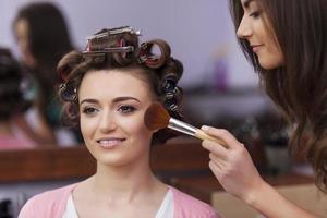 professionell makeupartist som arbetar foto