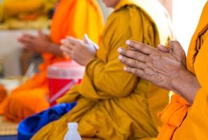 munkar av de religiösa ritualerna, buddhistiska ceremonin foto