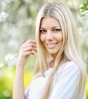 porträtt av en vacker flicka på bakgrund blommande träd foto