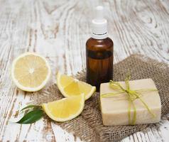 handgjord citronsåpa och eterisk olja foto