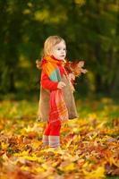 liten flicka i parken foto