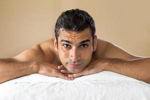 ung man som har en massage foto