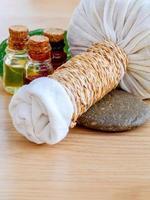 växtbaserade kompresskula och massageolja för spa-behandling. foto