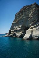 pittoreska havslandskap och vita stenar på kleftiko, milos, gr