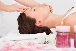 kvinna som får massagebehandling foto