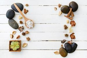 spa-inställning på vit träbakgrund foto