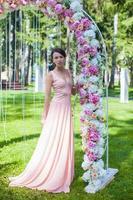 vacker charmig ung kvinna i underbar klänning foto