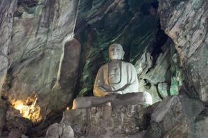 buddistisk staty i grottan foto