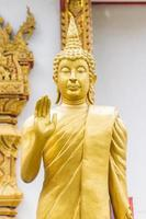 stående thailändska gyllene buddha staty