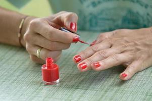 kvinna röda nagellack foto