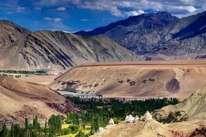 stenigt landskap av ladakh, ljus och skugga, le, Indien foto