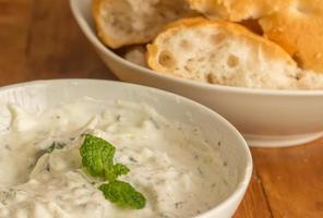 yoghurt, mynta och citronsås med vitt bröd foto