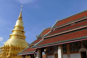 arkitektur av det traditionella buddhistiska templet och gyllene pagoden foto