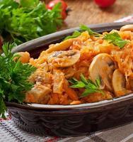 kokt kål med svamp och tomatsås foto