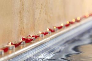ljus och rosenblad i en spa-pool koppla av koncept foto