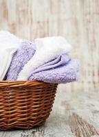 handdukar i korgen foto