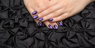 vackra kvinnas naglar med fin snygg manikyr. foto