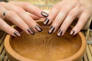 vackra kvinnas naglar med fin snygg manikyr foto