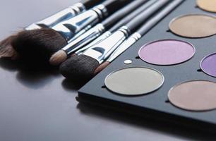 professionell kosmetika, palett med ögonskugga, smink foto