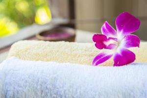spa- och wellness-inställning med blommor och handduk foto