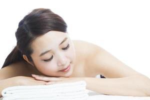 massage av ansikte för kvinna i spasalong foto