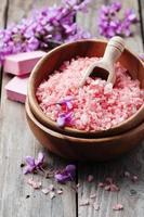 spa-koncept med rosa salt, tvål och blommor foto