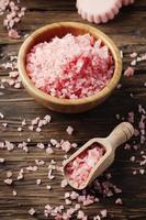 begreppet spa-behandling med rosa salt