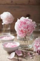 rosa blommasaltpion för spa och aromaterapi foto