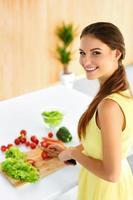 frisk kvinna förbereder vegetarisk middag. mat, livsstil. diet foto