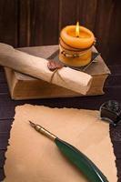 gammalt pappersstearinljus och pennapenna foto