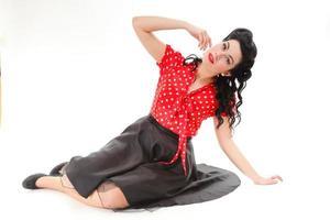 vacker kaukasisk kvinna poserar retro styling