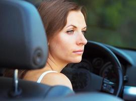 kaukasisk kvinna i en cabriolet foto