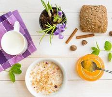 frukost med spannmål, mjölk och munkar foto