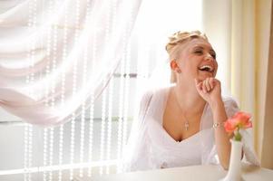 underbara kaukasiska brud i vacker klänning foto
