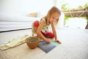 söt liten kaukasisk flickateckning hemma foto