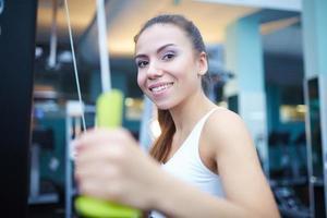 söt tjejträning på gymmet foto