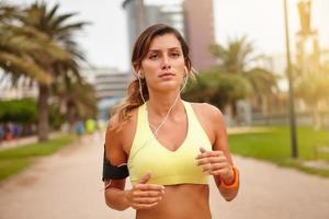 kaukasisk kvinna springer utanför under dagen foto