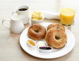 frukostserier - bagels, kaffe och juice foto