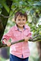 nära porträtt av en söt kaukasisk pojke foto