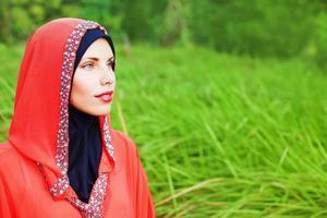 porträtt av muslimsk kaukasisk kvinna i hijab i parken foto