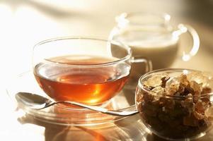 te, brunt socker och mjölk foto