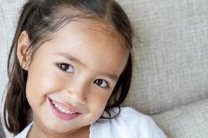 porträtt av glad, positiv, leende, asiatisk kaukasisk unge foto