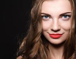 vacker kaukasisk ung kvinna med röda läppar smink foto