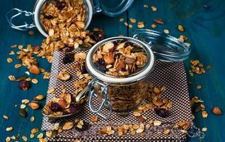 hälsosam hemlagad granola med nötter och torkade tranbär foto