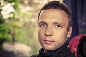 porträtt av ung kaukasisk man i bussen, instagrameffekt foto