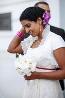 vacker indisk brud och kaukasiska brudgum, efter bröllop ceremo foto