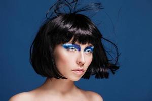 närbild skönhet skott av ung kaukasisk brunett med blå ögonskuggor
